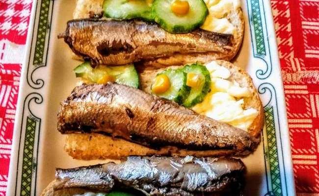 бутерброды со шпротами и кукурузой