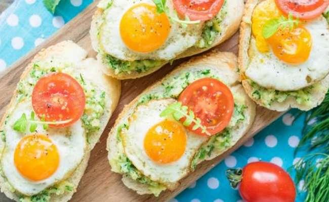яйца, помидоры и авокадо