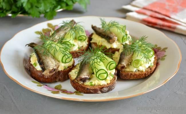бутерброды со шпротами и зелёным огурцом