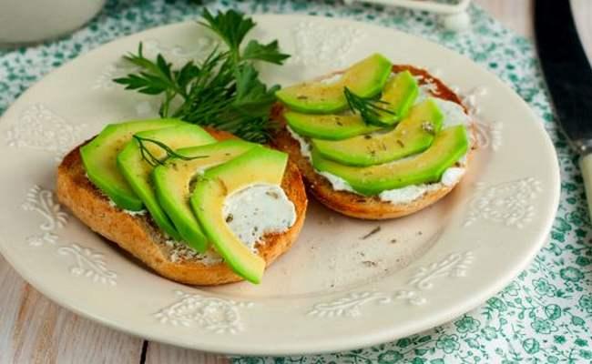 Бутерброды с авокадо, сыром и зеленью