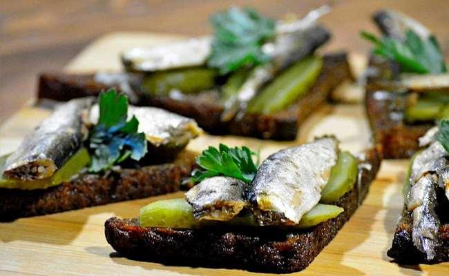 Бутерброды со шпротами, солёным огурцом и чёрным хлебом – простой рецепт