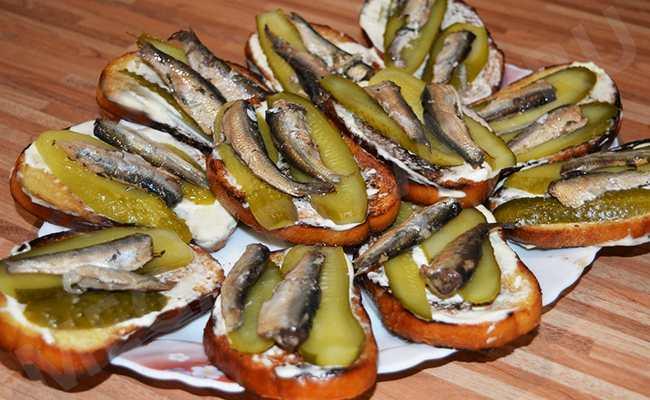бутерброды со шпротами и солёным огурцом