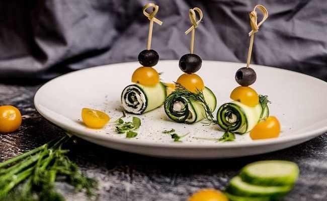 Канапе – ролл из огурца с творожным сыром и сёмгой