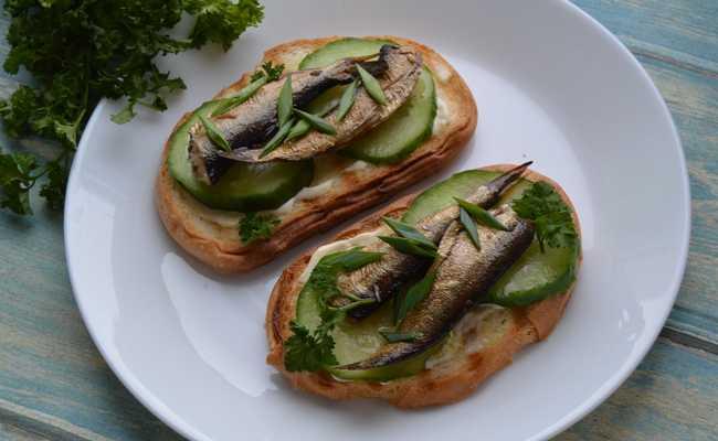 Как приготовить вкусные бутерброды со шпротами и солёным огурцом (без майонеза)