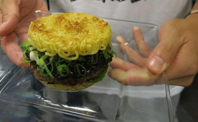 Бургер из Роллтона для любителей всего мясного