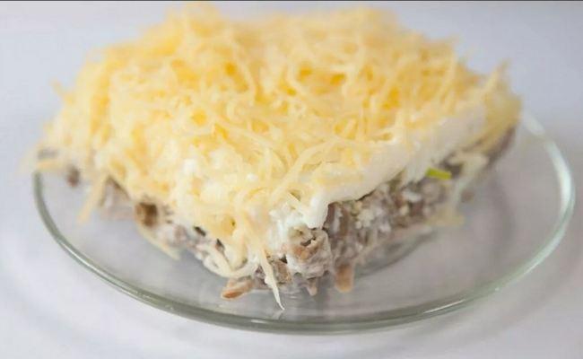 Салат «Мужской каприз» с говядиной и маринованным луком