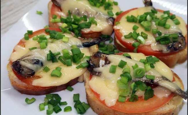 Бутерброд «Праздничный» со шпротом и сыром