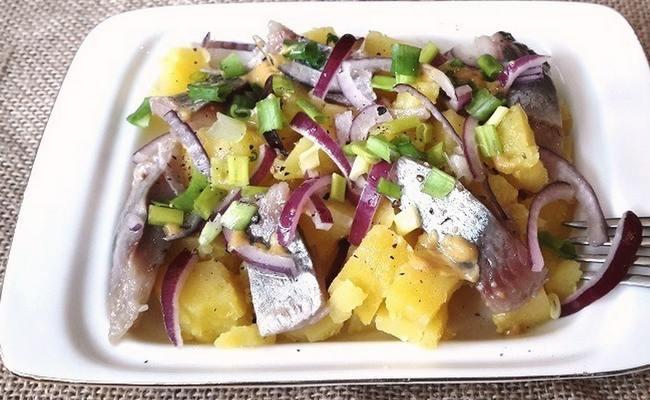 Салат из селедки и картофеля под медово-горчичной заправкой