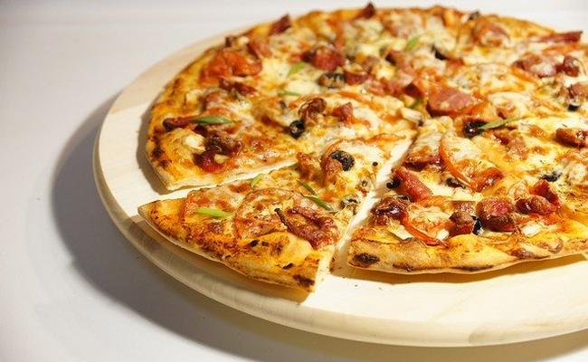 Простой рецепт пиццы на сковороде за 10 минут с колбасой