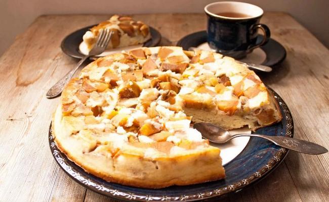 Шарлотка с яблоками и бананами – простой рецепт для любителей выпечки