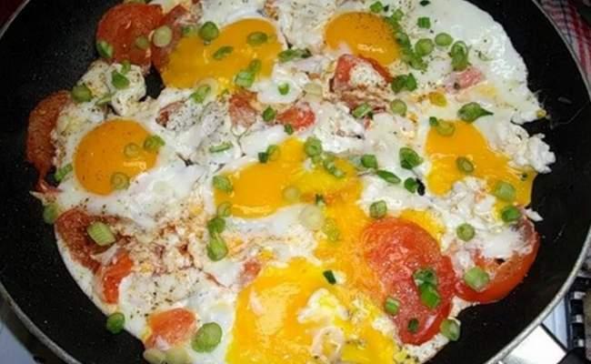 Яичница глазунья с луком, сыром и колбасой