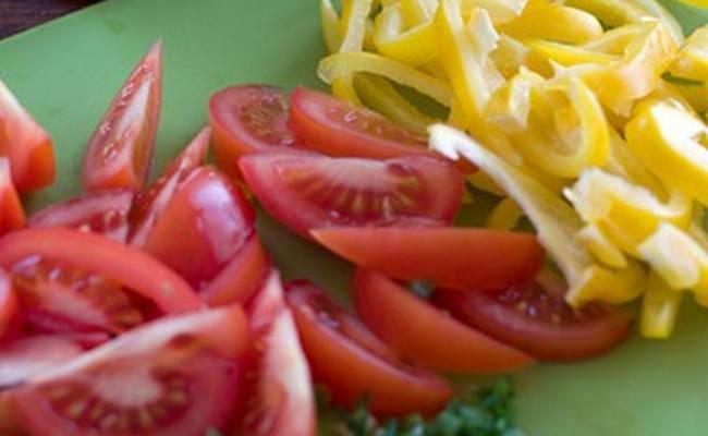 помидоры порезать