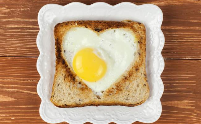 Яичница в тосте для него на завтрак 14 февраля