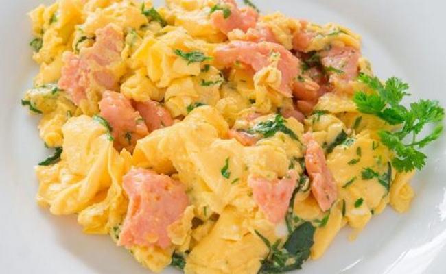 Яичница – болтунья с колбасой, сливками и сыром