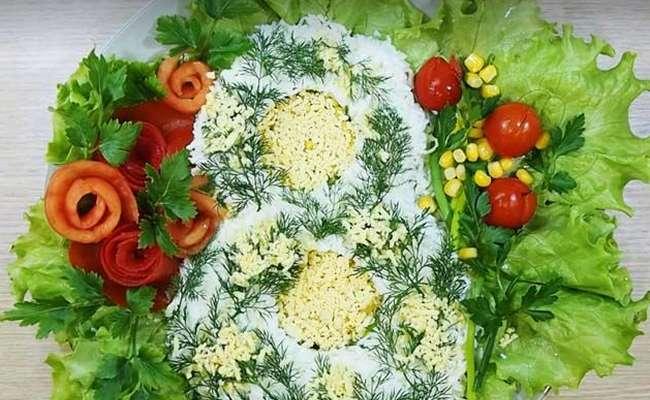 Салат в виде цифры 8 с крабовыми палочками и кукурузой