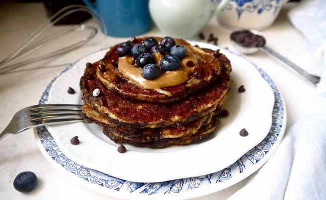 Шоколадные панкейки с бананом на йогурте – настоящий завтрак по-американски