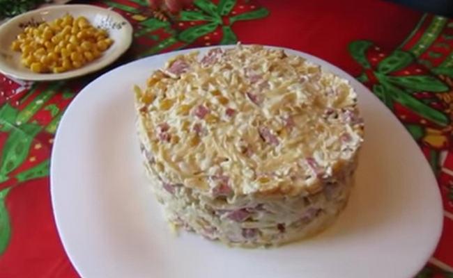 Салат с копчёной колбасой и кукурузой – слоёный вариант, простой рецепт