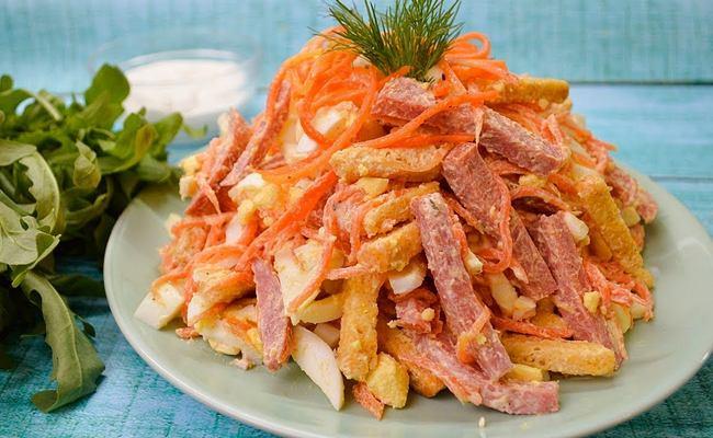 Салат с копчёной колбасой и корейской морковью – вкусный домашний рецепт