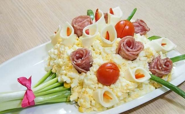 украсить букет цветами из колбасы