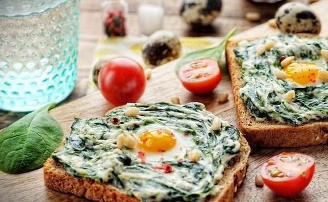 Бутерброд со шпинатом, творожным сыром и перепелиным яйцом