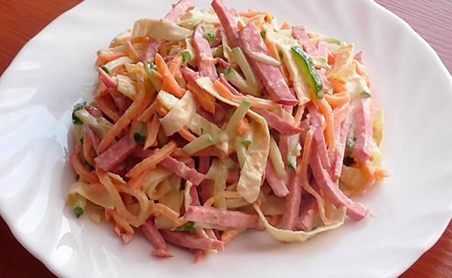 Блинный салат с копчёной колбасой, огурцом и морковью по-корейски