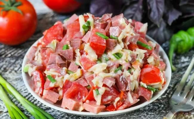 Салат с копчёной колбасой и сыром с помидорами и чесноком