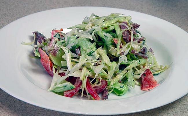 Салат со свежей капустой и копчёной колбасой