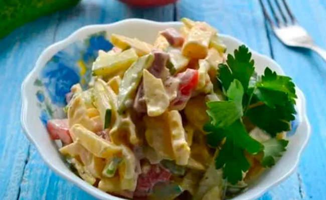 Салат с копчёной колбасой и маринованными шампиньонами