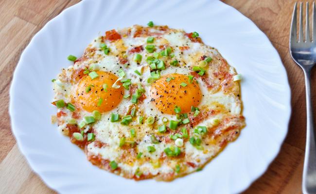 Яичница с помидорами «Южный завтрак»
