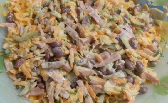 салата с колбасой, фасолью и маринованными огурчиками