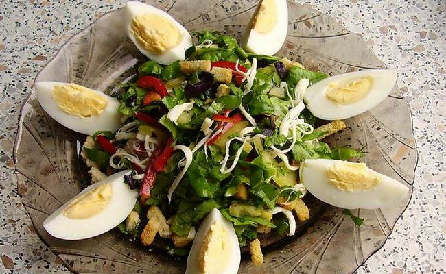 Лёгкий салат с курицей, макаронами и авокадо