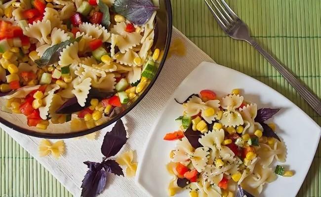 Простой и вкусный салат с макаронами, колбасой и солёным огурцом