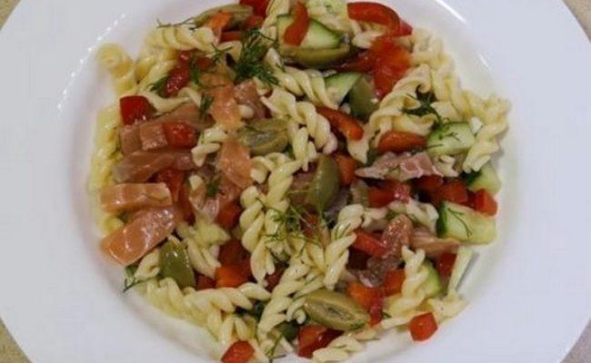 Праздничный салат из макарон со слабосолёной сёмгой