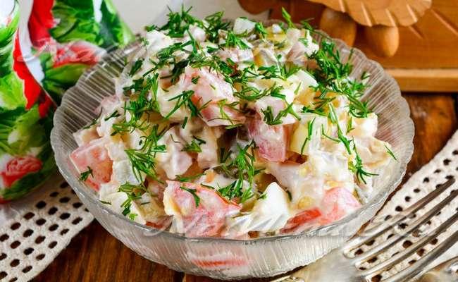 Салат «Красотка» с ветчиной, помидорами и яйцами