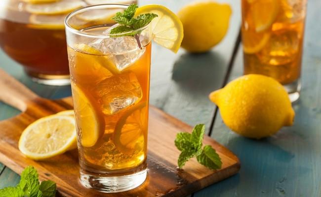 Холодный зелёный чай с газировкой и лимоном дома