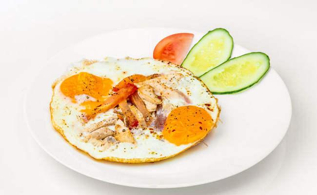 яичница с помидорами и куриным филе