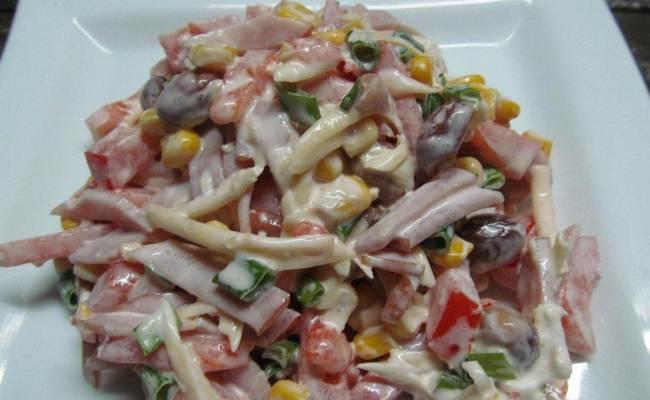 Салат «Красотка» слоёный с консервированной фасолью и помидорами