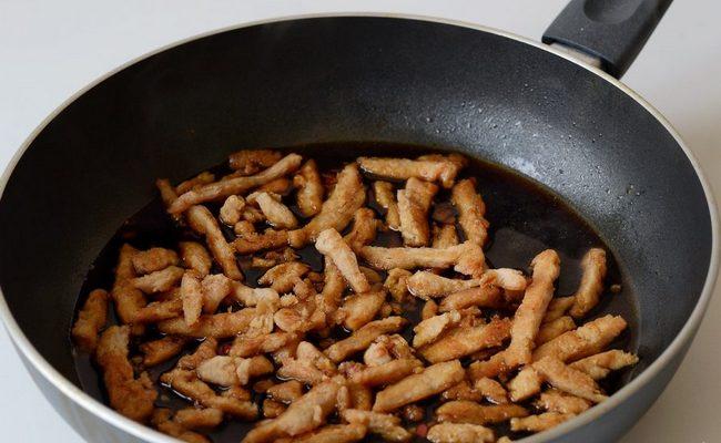 соевое мясо жарится на сковороде
