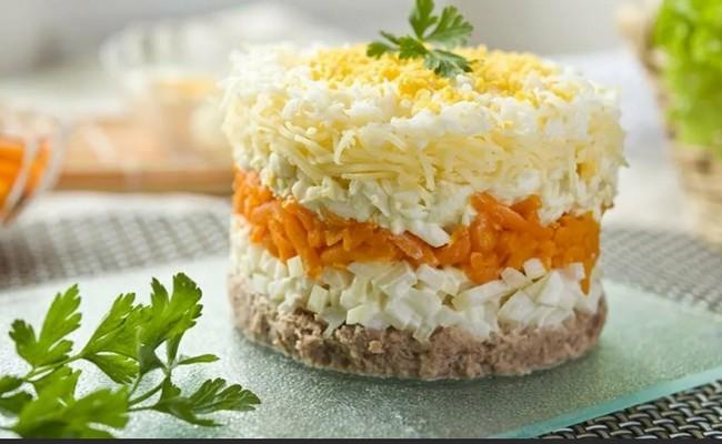 Классический рецепт салата «Мимоза» с сайрой – располагаем слои по порядку правильно