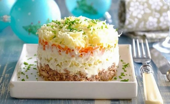 салат мимоза со шпротами и луком