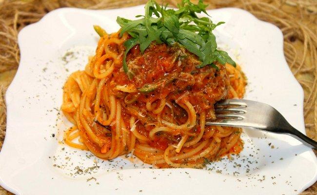 Спагетти без мяса с подливой из томатной пасты с добавлением моркови и лука