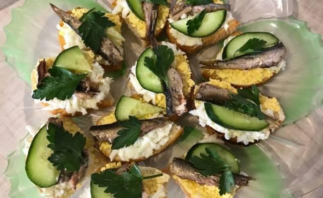 Закусочные бутерброды со шпротами с плавленым сырком