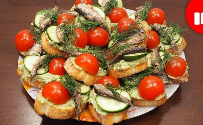 Бутерброды со шпротами, свежими помидорами черри и яйцом