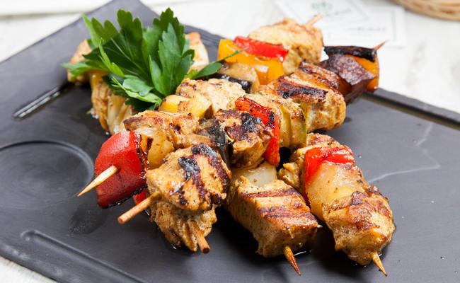 Куриный шашлык в духовке с овощами – самый простой рецепт приготовления