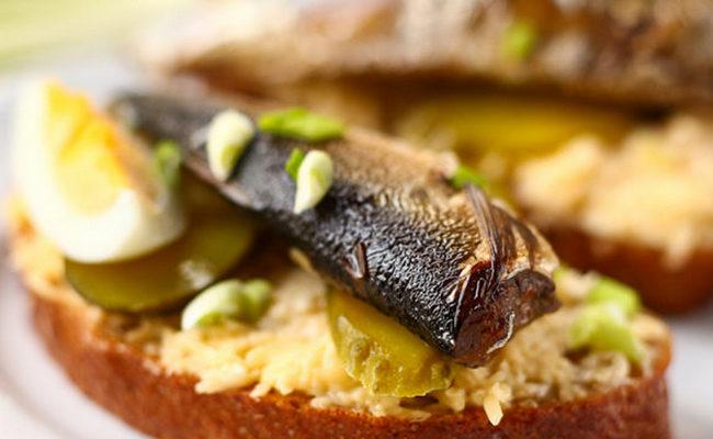 Праздничные бутерброды со шпротами, яйцом и твёрдым сыром – рецепт с фото
