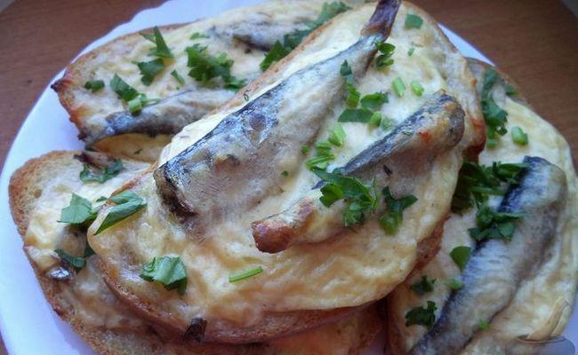 Горячие бутерброды со шпротами и сыром в духовке