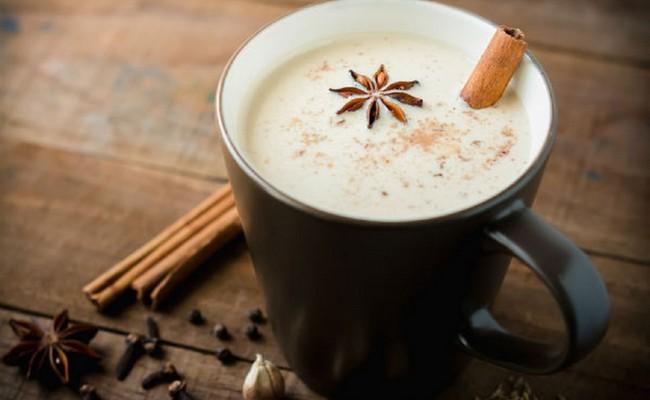 Целебный чай от простуды с молоком и пряностями