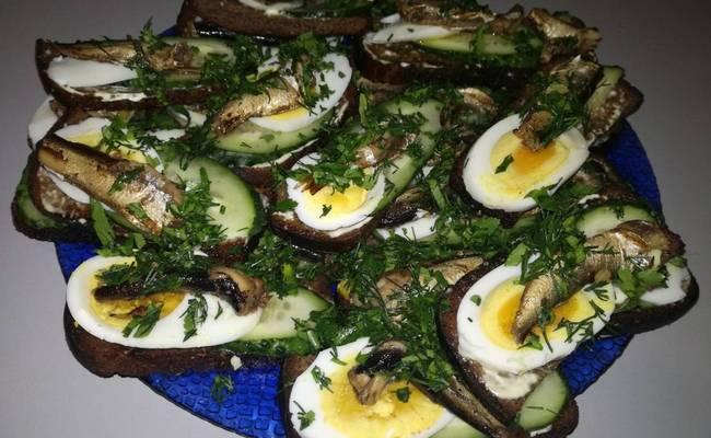 Бутерброды со шпротами и яйцом – классический рецепт