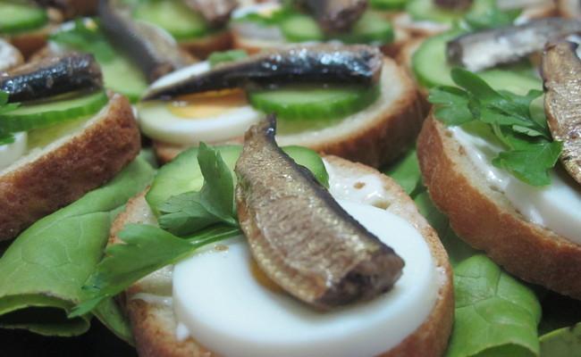 Мини-бутерброды со шпротами с перепелиными яйцами и огурцом