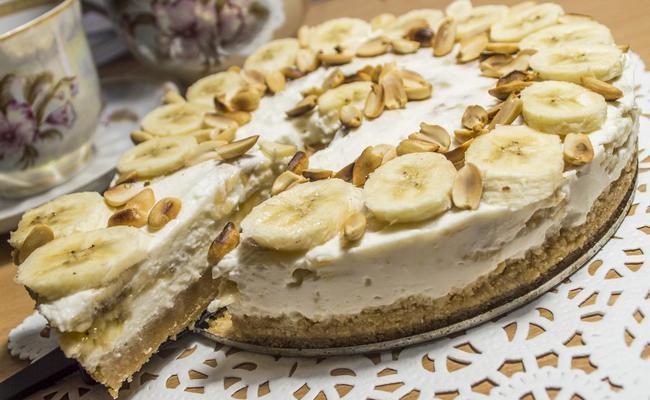 Фруктовый банановый торт без выпечки из простого печенья